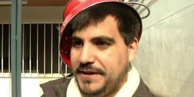 Valdiviano quiere salir con un colador de pasta en su cabeza en la foto de su carnet de identidad