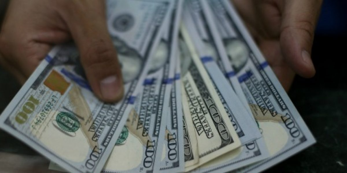 Dólar se desploma hasta los $643