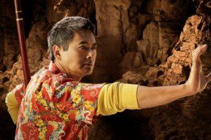 Chow Yun Fat le puso camisa hawaiana y le quitó todo el respeto. Foto:vía Fox. Imagen Por: