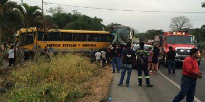 Chilena muere en violento accidente de tránsito entre bus y furgón en Ecuador