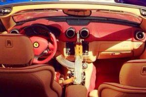 Rifles AK-47 bañados en oro, dentro de automóviles de lujo Foto: Twitter.com. Imagen Por: