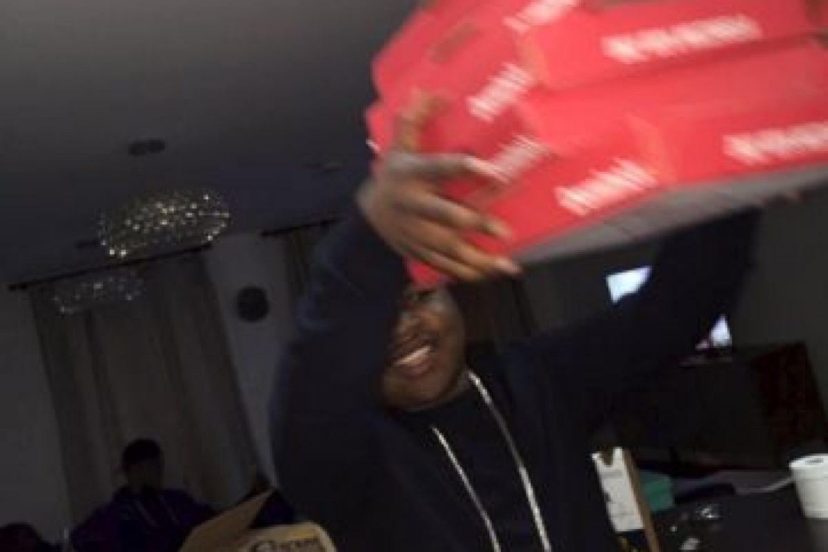 En redes sociales comparte que come pizza con sus amigos Foto:Twitter.com/RobTM_. Imagen Por: