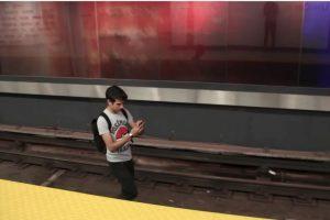 El joven saltó a las vías en búsqueda de Pokémones Foto:YouTube Noodle Boys. Imagen Por: