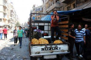 """E intentar llevar una vida lo más """"normal"""" posible, entre edificios inhabitables y constantes bombardeos Foto:AFP. Imagen Por:"""