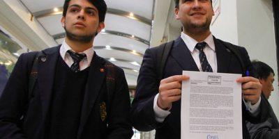 Secundarios, profesores y alcaldes firman acuerdo por nuevo financiamiento en educación pública
