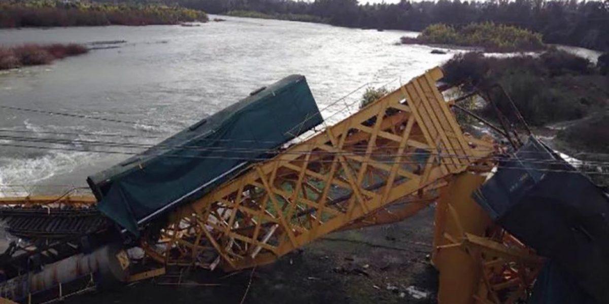 EFE activa plan de emergencia y entrega detalles del contenido de tren que cayó a río Toltén