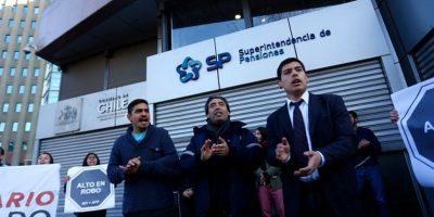 Estudiantes protestan en el frontis de Superintendencia de Pensiones por sistema de AFP
