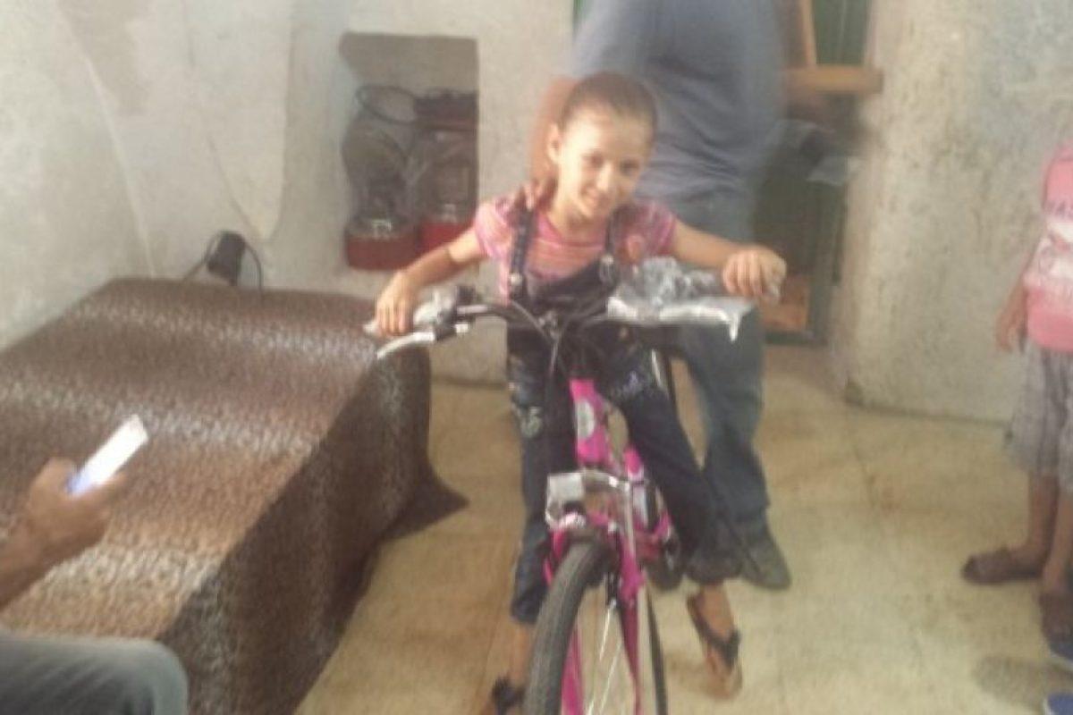 La niña palestina que recibió la nueva bicicleta Foto: Path of Hope and Peace organization. Imagen Por: