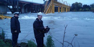 Armada toma muestras del río Toltén para analizar si existe contaminación química tras accidente