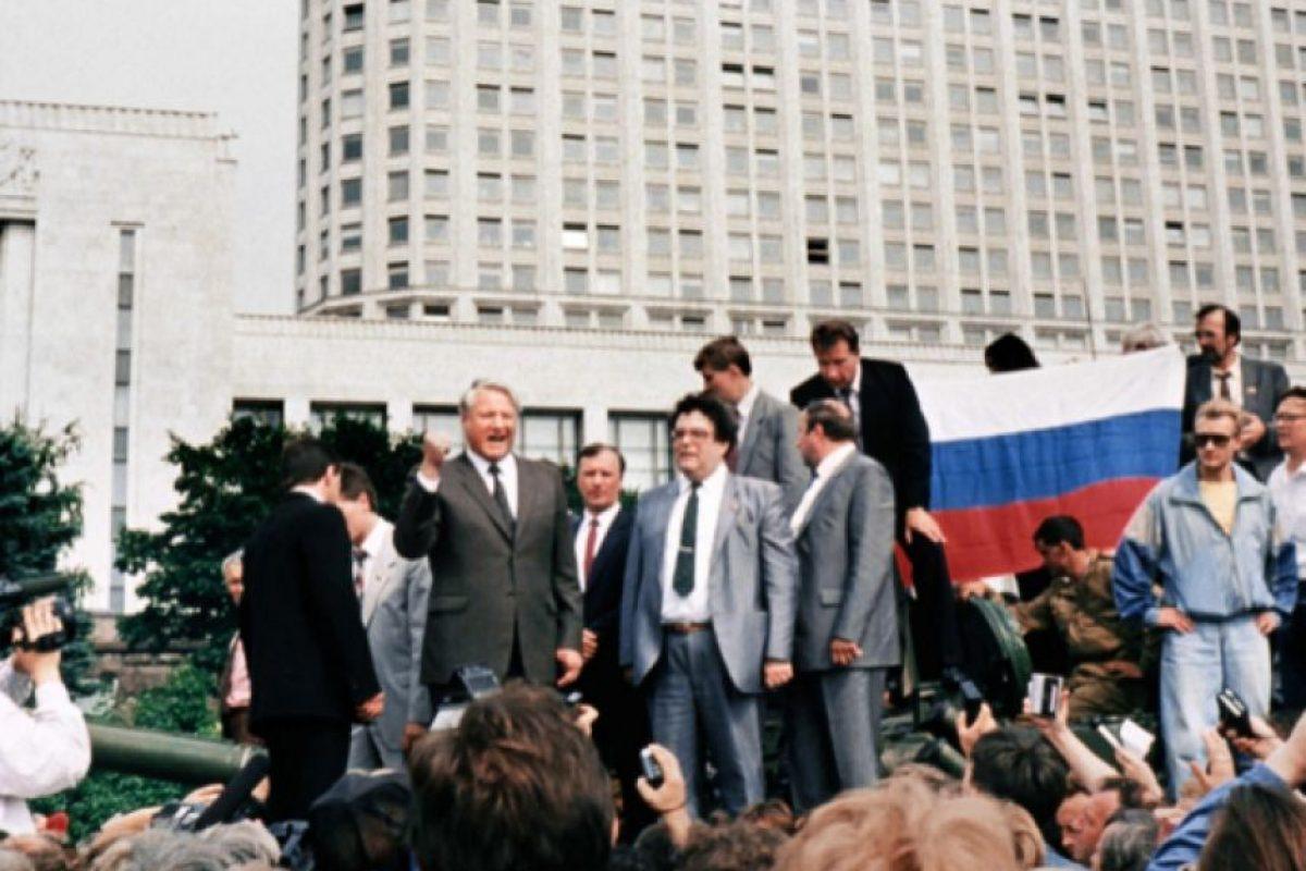 Borís Yeltsin habla a los rusos sobre un tanque, afuera del Parlamento ruso, el 19 de agosto de 1991. Foto:AFP. Imagen Por: