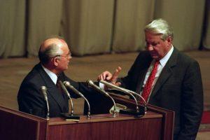 Mijaíl Gorbachov junto a Borís Yeltsin en el Parlamento ruso, en 1991. Foto:AFP. Imagen Por: