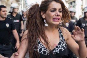 Hande Kader, en una foto de la última protesta a la que asistió. Foto:Twitter. Imagen Por: