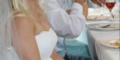 Mujer subasta su vestido de novia para pagar el divorcio