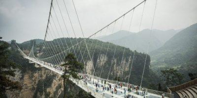 Inauguran en China el puente de vidrio más largo y más alto del mundo