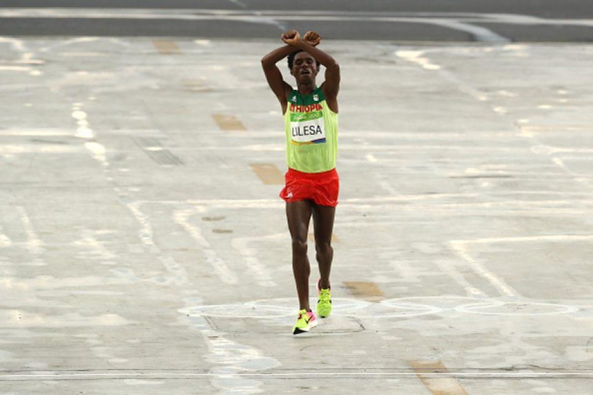 Al finalizar el maratón varonil cruzó los brazos por encima de su cabeza, en señal de protesta Foto:Getty Images. Imagen Por: