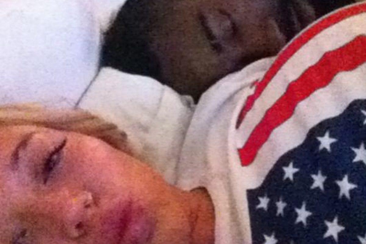 El año pasado trascendió la foto del basquetbolista James Harden durmiendo mientras una rubia chica toma una foto, que después posteó en lnstagram Foto:Instagram. Imagen Por: