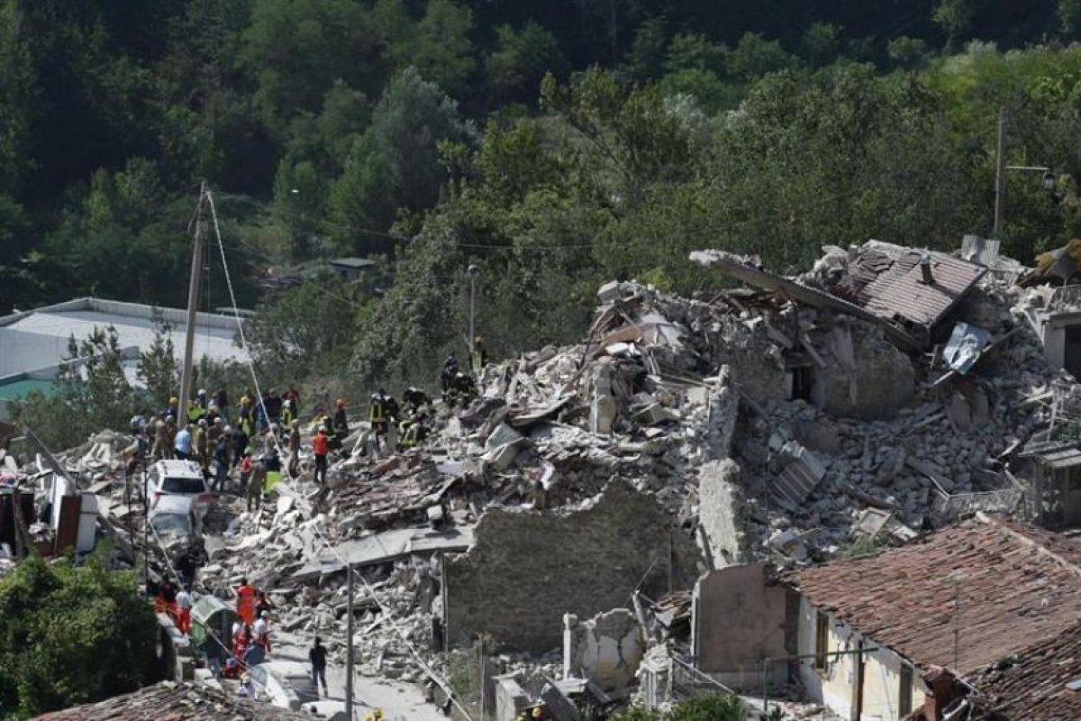 De acuerdo con el último reporte de las autoridades italianas al menos 37 personas fallecidas dejó el devastador sismo que sacudió la madrugada del miércoles dos regiones del centro de Italia. Foto:Efe. Imagen Por:
