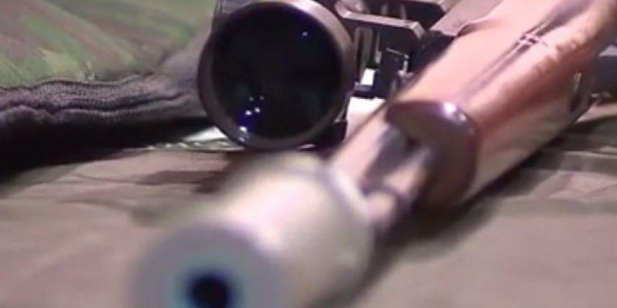 Médico ecuatoriano es detenido por almacenar rifle con silenciador y munición