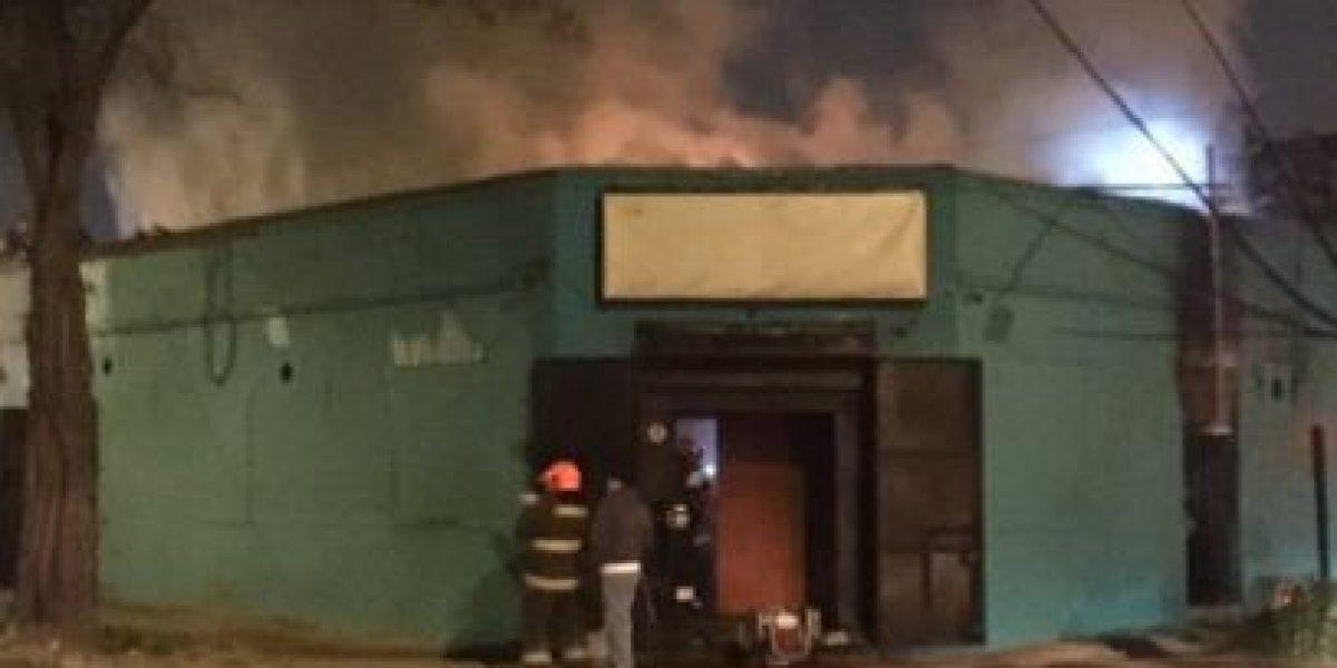 Incendio consume al menos cuatro locales comerciales en Quinta Normal