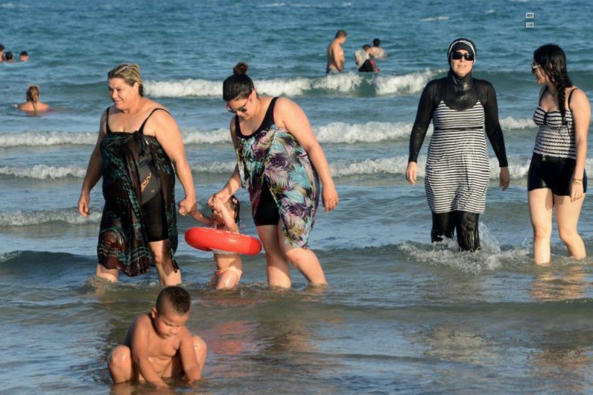 La controversia volvió a estallar esta semana, después de que una mujer de 34 años que no llevaba el burkini, sino un velo, una túnica y leggings en la playa, fuera multada y obligada a quitarse la túnica. Foto:Afp. Imagen Por: