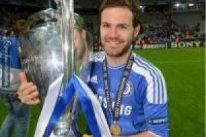 Juan Mata hizo lo mismo que Cristiano Ronaldo hace cuatro años. Foto:memedeportes.com. Imagen Por: