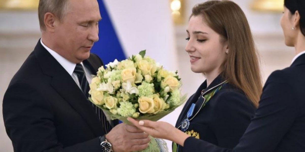Vladimir Putin regala autos de lujo a medallistas olímpicos rusos