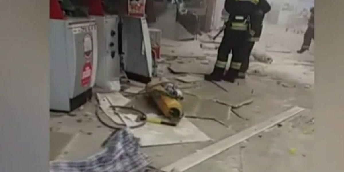 Explosión y armas de fuego: roban cajeros automáticos en supermercado con público al interior