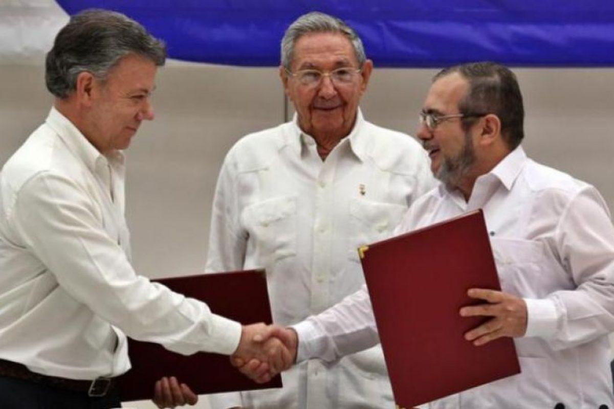 Juan Manuel Santos (izquierda), Raúl Castro y Timochenko, líder de las Farc. Foto:Efe. Imagen Por: