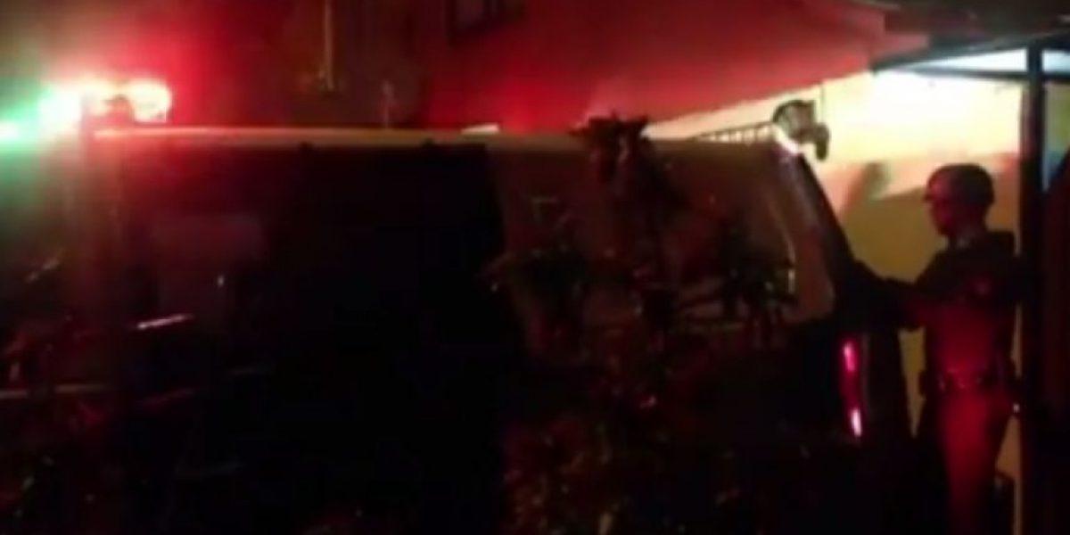 Hombre en estado de ebriedad atropelló a padre e hijo y terminó impactando una casa