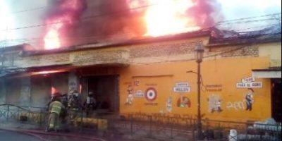 Incendio en locales comerciales del centro de Talca moviliza a Bomberos