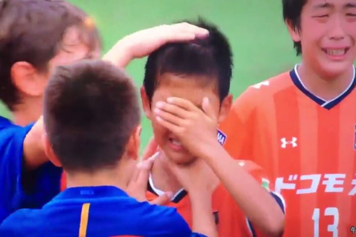 Así consolaron los pequeños del Barcelona a sus rivales derrotados Foto:Twitter. Imagen Por: