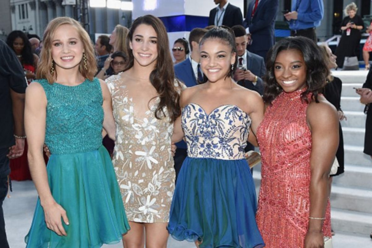 Las cinco gimnastas del equipo estadounidense y victoriosas en Río 2016, vestidas correctas y formales. Foto:Getty Images. Imagen Por: