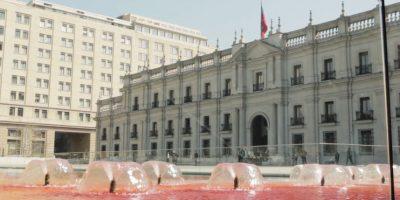 Tiñen de rojo piletas de La Moneda en conmemoración del Día del Detenido Desaparecido