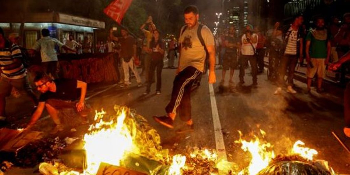 Policía dispersa manifestación contra la destitución de Rousseff