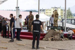 Varias personas trabajan en los preparativos del funeral de Estado que se celebrará en Amatrice, Italia, hoy Foto:EFE. Imagen Por: