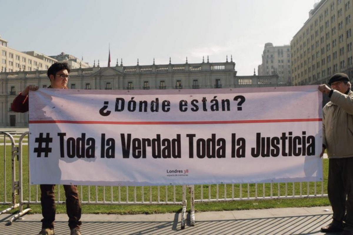 La acción consistió en el teñido de rojo de las piscinas en el frontis de La Moneda y el lanzamiento de gorras militares, en el marco de la conmemoración del Día del Detenido Desaparecido. Foto:Gentileza. Imagen Por: