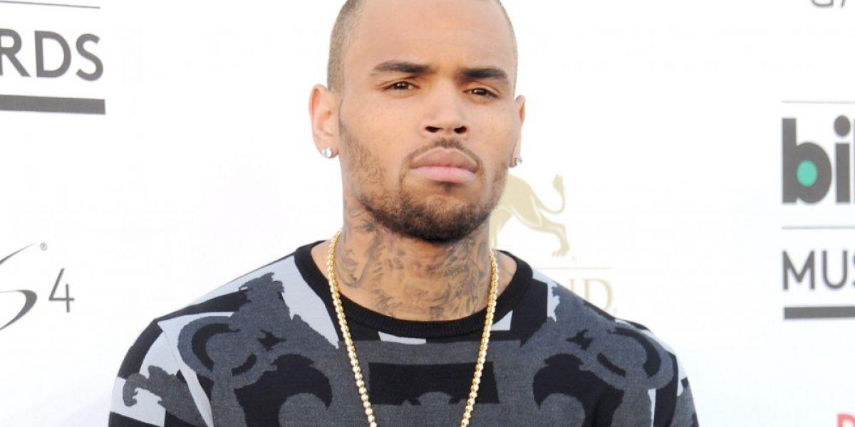 Mujer acusa a Chris Brown de amenazarla con arma de fuego
