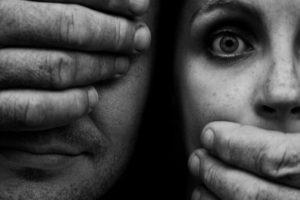 Entre los factores asociados a un mayor riesgo de cometer actos violentos cabe citar un bajo nivel de instrucción, el maltrato infantil o haber estado expuesto a escenas de violencia en la familia, el uso nocivo del alcohol, actitudes de aceptación de la violencia y las desigualdades de género. Foto:vía Voces Visibles. Imagen Por: