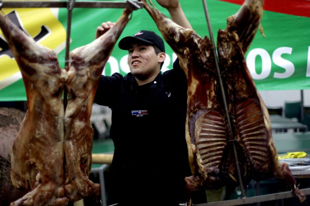 Pensando en los efectos nutricionales que tiene el festejo en los chilenos, es que se deben considerar para estas fechas pautas de alimentación que permitan disfrutar, pero también resguardar la salud. Foto:Agencia UNO. Imagen Por: