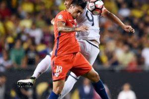 Gonzalo Jara fue baja de la Selección de Chile por un desgarro del bíceps femoral, que lo tendrá fuera por un mes Foto:Getty Images. Imagen Por: