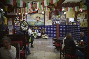 """Homenaje a Juan Gabriel en """"El Tenampa"""", un reconocido bar de la Plaza de Garibaldi Foto:AFP. Imagen Por:"""