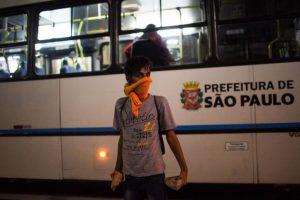 """Los manifestantes en Sao Paulo se dirigieron hacia la sede del periódico La Folha de Sao Paulo, donde finalizaron su acto al grito de """"resistiremos el golpe"""". La entrada del diario fue totalmente bloqueada por la policía y la concentración fue dispersada rápidamente. Foto:GETTY. Imagen Por:"""