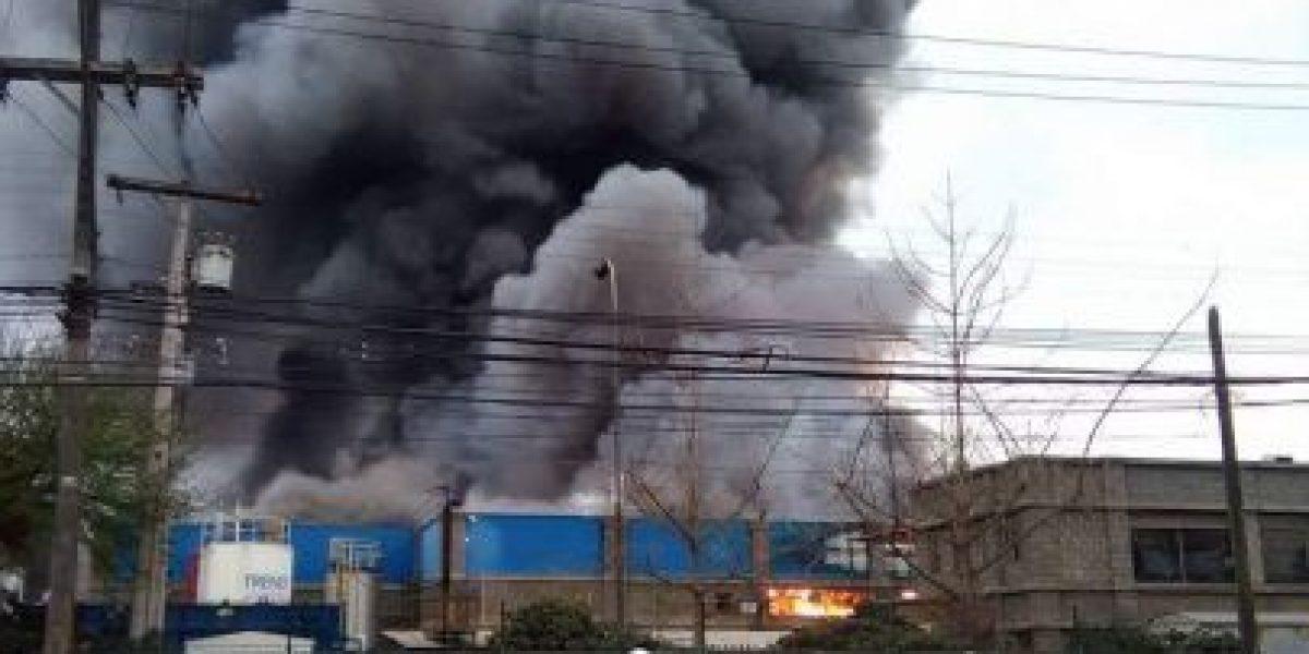 Incendio afecta fábrica de helados en Quilicura