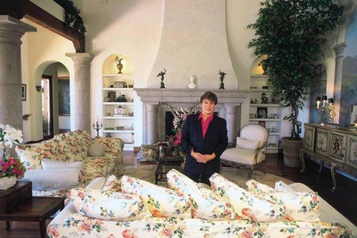 Juan Gabriel posa en su casa de Malibú, California Foto:GrosbyGroup. Imagen Por: