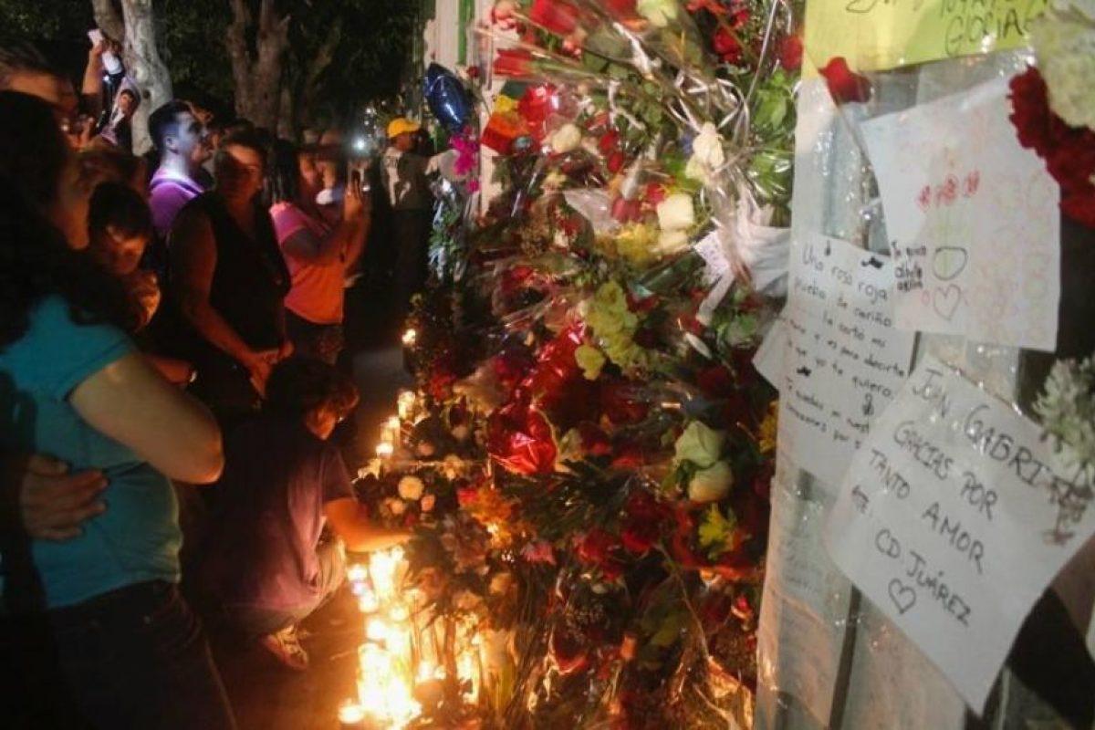 Cientos de fanáticos se arremolinaron a la casa del cantante en Ciudad Juárez. Foto:Cuartoscuro. Imagen Por: