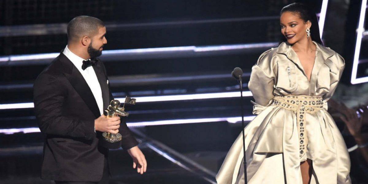 Rihanna y Drake confirman su relación besándose sobre el escenario