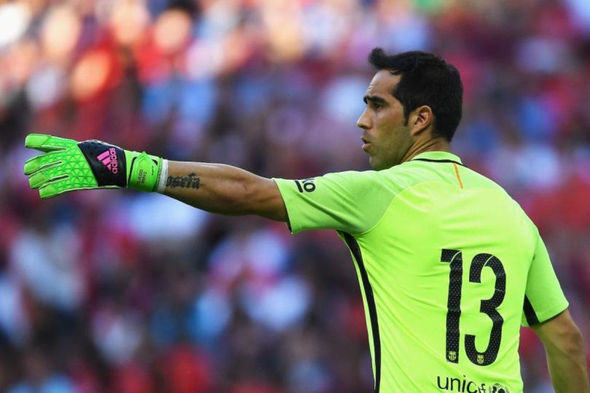 Portero: Claudio Bravo. Manchester City pagó 18 millones de euros a Barcelona Foto:Getty Images. Imagen Por: