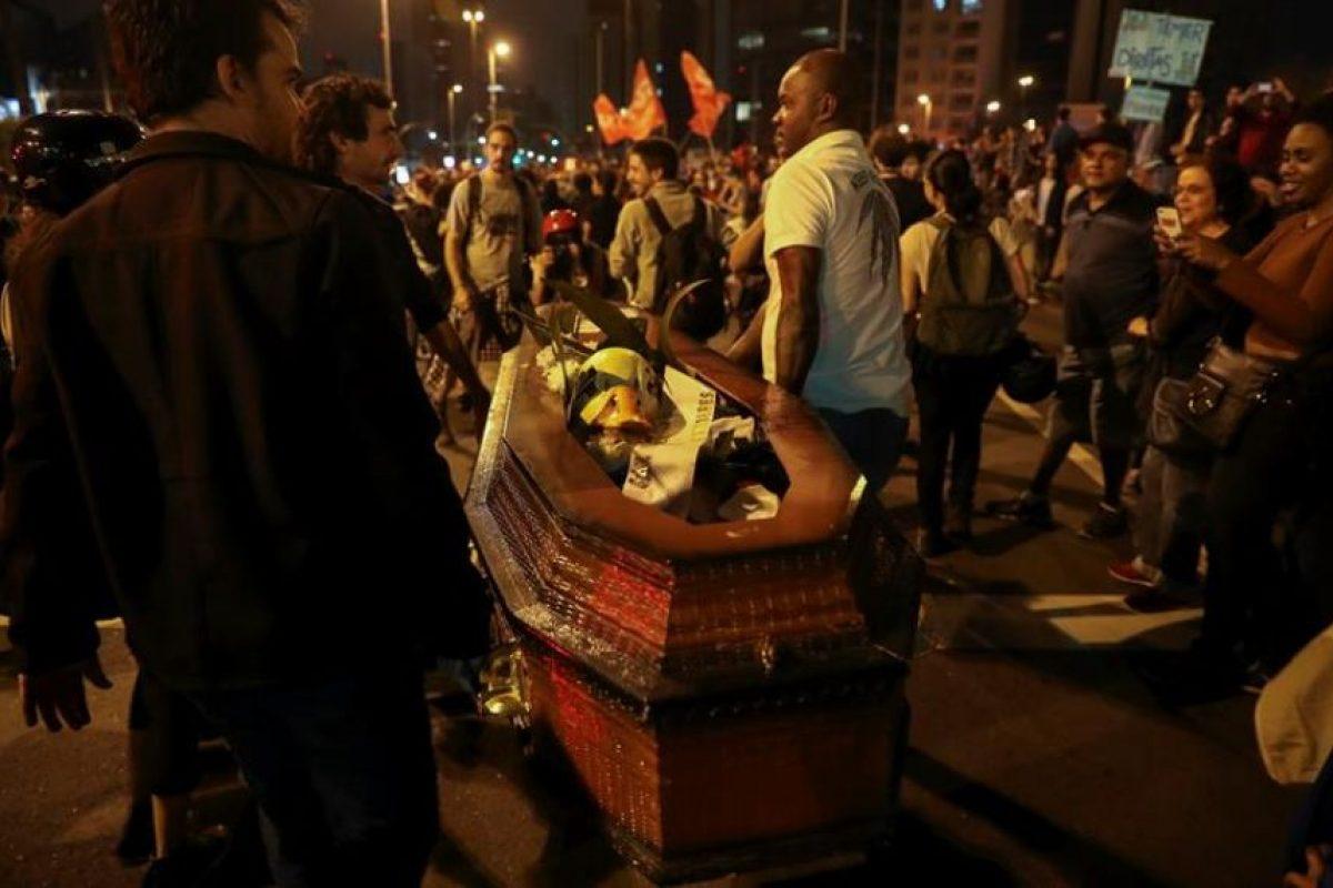 Por séptimo día consecutivo, una marea de ciudadanos se concentró en la emblemática Avenida Paulista, considerada el corazón financiero de Brasil, y se dirigió a la plaza Largo da Batata, en la zona oeste de la ciudad. Foto:Efe. Imagen Por: