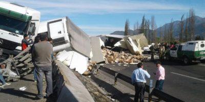 Camión se vuelca en Ruta 5 Sur y genera alta congestión