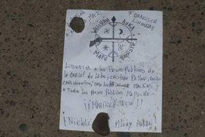 """En el lugar se encontraron panfletos con la leyenda """"libertad a los preso mapuche y no mapuche de la cárcel de Lebu. Libertad a nuestra machi Linconao"""". Foto:Reproducción Twitter. Imagen Por:"""